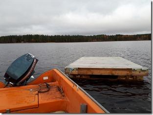 En av badbryggorna hämtas in på Olsnäsviken