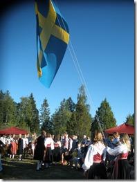 Flaggan-hissas-av-systrarna-Jenny-och-Hanna-Bergkvis_thumb.jpg