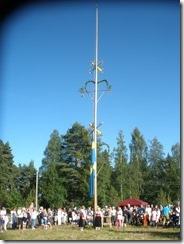 Flaggan hissas av systrarna Jenny och Hanna Bergkvist
