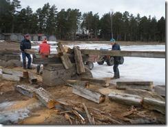 Johan Bergkvist, Olle Stark lastar bjälkarna och Sven-Erik Lundback sågar dem i bitar