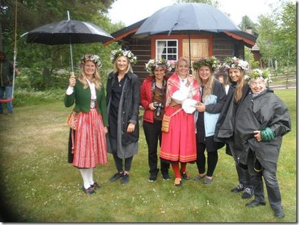 Kicki Bergkvist tillsammans med tycka journalister som besökte Olsnäs