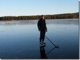 Oskar Bergström testar den tre cm tjocka isen
